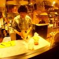 ライブ感あるオープンキッチンが魅力!スタッフのパフォーマンスを楽しみたい方は1Fでのお食事がオススメです♪