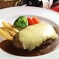 手ごねハンバーグも大人気!鉄板&オーブン焼きハンバーグはライス又はパンがついてリーズナブルの950円(税別)