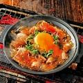 料理メニュー写真牛カルビの肉玉陶板焼