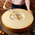 まるごとグラナチーズのカルボナーラが大人気★お客様の目の前で仕上げます!
