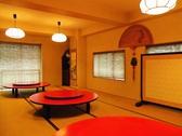 【宴会・パーティ】回転式円卓の並ぶ座敷は30名まで利用可能。