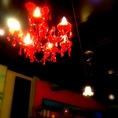 天井には赤いシャンデリア♪インテリアにも勿論こだわっています★