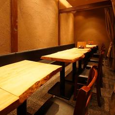 落ち着いた雰囲気のテーブル席も人気!仲の良い同僚や友人との飲み会にオススメ!