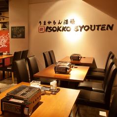 広々としたテーブル席。浜焼きや牡蠣の美味しい香りが店内にひろがり、食欲をそそります。