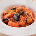料理メニュー写真厚切りベーコンと揚げ茄子のアラビアータ