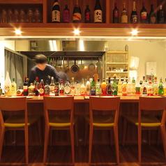 広々としたオープンキッチンにより、おしゃれな空間を演出。すぐ目の前で料理を作っているため、安心してお酒を楽しみながら注文した料理を待つことができます!!お酒もカウンター上に並べられているため、気になるお酒はスタッフに気軽にお尋ねください♪