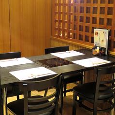 【テーブル席】モダン和風造りのお洒落な店内は、掘りごたつ式の個室もあり、広々とした寛ぎの空間。