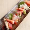 ◆旬彩お造り◆本日のお造りをご用意しております!『特選お造り 三品盛り』『特選お造り 五品盛り』をご用意。シーンや人数に合わせてぜひご注文ください!見た目の鮮やかさと鮮魚の旨さが大人気の秘密です。日本酒との相性も最高ですのでぜひご一緒にご堪能あれ。この時期にしか味わうことのできないお魚を堪能下さい!