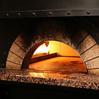 本格窯で焼いたピザをご堪能下さい。