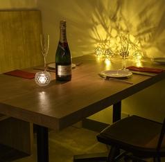 2名様で座れるお席。個室はないが落ち着いた照明と空間で記念日やお誕生日等大切な二人のお時間をお過ごしください。料理やお酒にもこだわっておりますのできっと非日常的で素敵な時間を送れます。