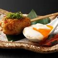 料理メニュー写真地鶏のつくねを温泉卵と自家製たれで