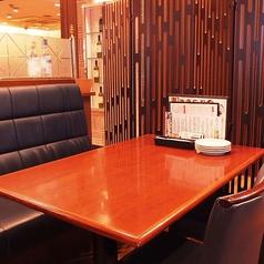 ゆったりくつろげるテーブル席 (土日祝ランチは全席禁煙)
