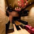 【ROOM:CAVIN(キャビン)】ダーツ付きのお部屋。赤いシャンデリアが印象的。窓付き夜景ルーム。(フロア5F)