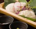 料理メニュー写真冷やっこの竹盛り/おつまみスモークミミガー/梅ワサきゅうりタタキ