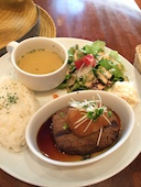 猿カフェ 栄町店の3種から選べるハンバーグプレートの写真