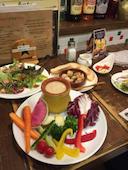 トン・ガリアーノ 勝川駅前店の彩り野菜のグリーンサラダ/バーニャカウダの写真