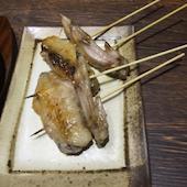丹波黒どり農場 高松駅前店の丹波黒どり手羽先串(1串・塩またはたれ)の写真