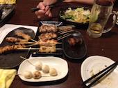 琴似つくね山海の鶏の白レバー串/豚肉のガリ巻き串/とり串/ぶた串の写真