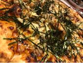 ルージュトマト 神戸垂水店のローストチキンとキノコのテリヤキマヨネーズピッツァの写真