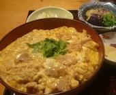 鳥茶屋 別亭 神楽坂の親子御膳(人気の親子丼と当店のお味をセットにしたお得なメニュー)の写真