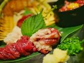 隠れ家バル 匠 TAKUMI 横浜西口店の馬肉五点盛り合わせの写真