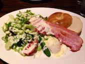 エイト・ライスフィールド・カフェ eight Ricefield cafe 札幌駅北口店の厚切りベーコンステーキと温玉のシーザーサラダ ベーグル添えの写真