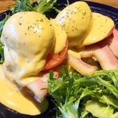 RED&BLUE CAFEのエッグベネディクトパンケーキの写真