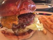 THE GREAT BURGERのチーズバーガーの写真