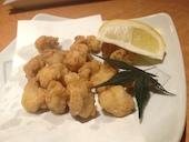 魚民 宇部新川駅前店のスパイシーポテト/自家製若鶏の唐揚げ/鶏のなんこつ揚げの写真