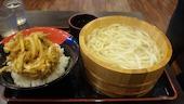 丸亀製麺 江別店の釜揚げうどんとかき揚げ丼の写真