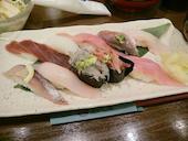 沼津 魚がし鮨 キュービックプラザ新横浜店の近海握り(カニ汁・サラダ付)の写真
