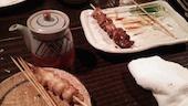酒蔵館の炭火焼鳥…豚肝/鶏皮/はつ/軟骨/砂肝/いかだ/ぼんじり/ししとう/ソーセージの写真