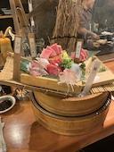 本マグロ炉端劇場 魚島屋 久茂地本店の桶刺し5品盛りの写真