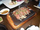 霧乃個室 清郎 品川店の特選牛ハラミの溶岩ステーキ にんにく醤油の写真
