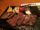 ぜんてい 燕三条店の特選牛の溶岩石焼き 旬野菜添えの写真