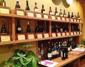 店内にはワインが飾られています