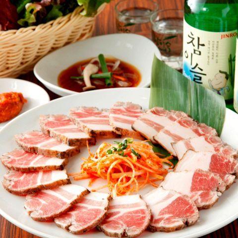 韓国料理と言えば、やっぱり外せないのが「サムギョプサル」です。ジュージューと音を立てながら焼き上げたサムギョプサルを、新鮮な野菜で包んでパクリ♪あまりのおいしさに、思わず笑みがこぼれます。今夜は、おい…