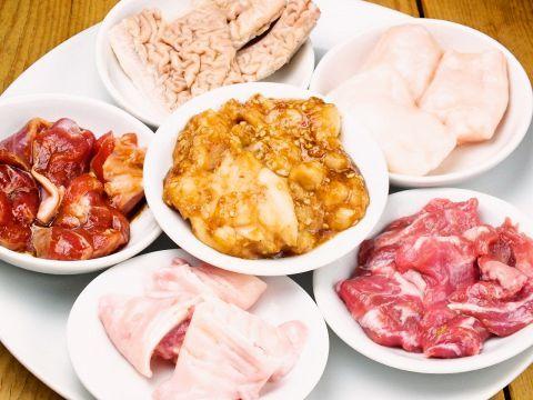 疲れているときは、スタミナをつけるためにガッツリと肉料理なんてことも!焼肉や焼鳥だけでなく、もつ鍋やニンニク料理が夏バテ防止にはおすすめです。ビールやサワーと一緒に食べれば暑気払いにもなるのでは?今回…