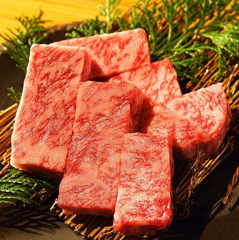 焼肉といえば、七輪や炭火で焼けるにおいやタレの香りが最高だったりしますが、サシがたっぷり入った霜降り肉やA5ランクの黒毛和牛、希少部位だったり、肉の質も大切です。美味しいお肉で焼肉が食べられるなら、何…