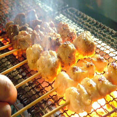 外は香ばしくパリッと、中は肉汁あふれジューシーに仕上がったアツアツの「焼き鳥」。余分な脂が落ちることで、意外とヘルシーな「焼き鳥」は女子会のメイン料理にもおすすめのメニューです。最初は盛り合わせでドン…