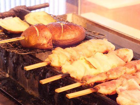 東京・神保町エリアで、うまい焼き鳥が食べられる居酒屋をご紹介。サラリーマンにとって、リーズナブルな焼き鳥は、仕事帰りに気軽に食べられる最高の酒のお供です。美酒を片手に、炭火でじっくりと焼かれた熱々の焼…