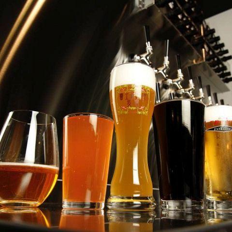 サラリーマンの聖地「新橋」駅で新しい年をお祝いしましょう。しっぽりした宴会よりもビールを豪快に飲んで、がっつりと食べてワイワイ盛り上がる。そんなビール好きにはたまらないビアバーのおすすめ店があるんです…