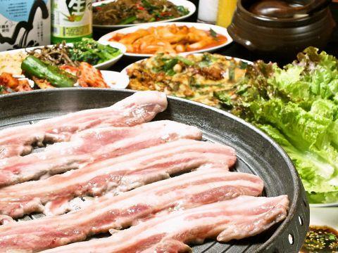 スタミナをつけたい時はやっぱりお肉!でも、もうすぐ夏だからダイエットもしたいですよね。そこで今回は野菜がたっぷり食べられる「サムギョプサル」やヘルシーな「ジンギスカン」を食べられるお店に、スポットを当…