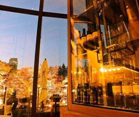 夜風がここちよい秋。日が暮れるのも早くなって、夜景を楽しむには絶好の季節。大人が遊べる街「六本木」には六本木ヒルズ、周辺には東京タワーなど絵になる夜景のスポットが盛りだくさん。テラス席で食事をしながら…