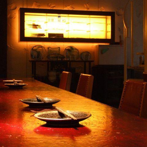 大人数でのお酒の席は、誰かが中心になってふざけたり騒いだりしてとても楽しいものですが、たまには気の会う友人とサシ飲みでゆっくり語り合いたいものです。大人のサシ飲みといえば、和食と日本酒がとてもよく似合…