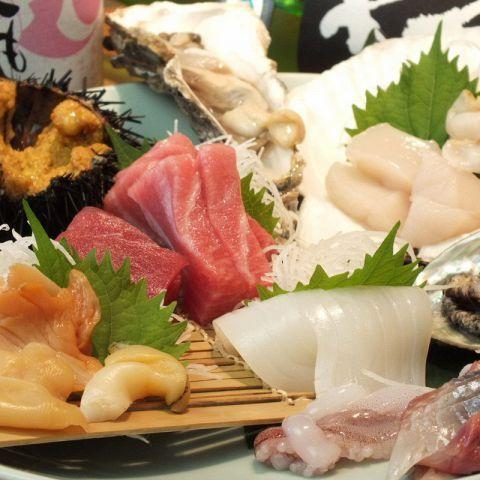 築地は活きのいい魚介類の宝庫。ここで食べる刺身は、他とは比べ物にならないくらいの旨さです。そして刺身に合う酒といえばやっぱり日本酒ですよね。旨い刺身と酒!最強のコンビを味わいませんか?刺身だけではなく…