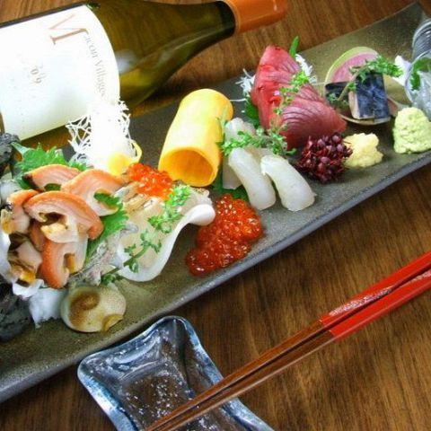 寒い冬は体が冷えるので、どこかでお酒を飲んで温まってから家路につきたいと思いませんか?そんな時に飲みたいお酒は、やっぱり日本酒です。全国から厳選された旨い日本酒を飲みながら、脂の乗った旬の魚のお刺身が…