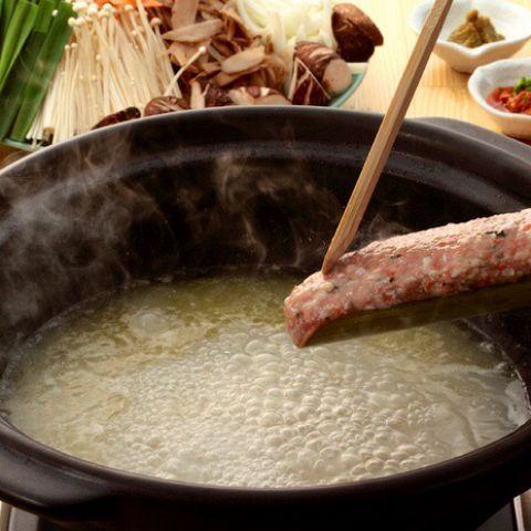冬はとても寒くて辛いですが、うれしいことがあります。それは、暖かい鍋を美味しく味わえることです。寒くて体が冷えている時に食べる鍋は、美味しいスープがお腹の中で染み渡って、体の芯からほんわかと温まります…