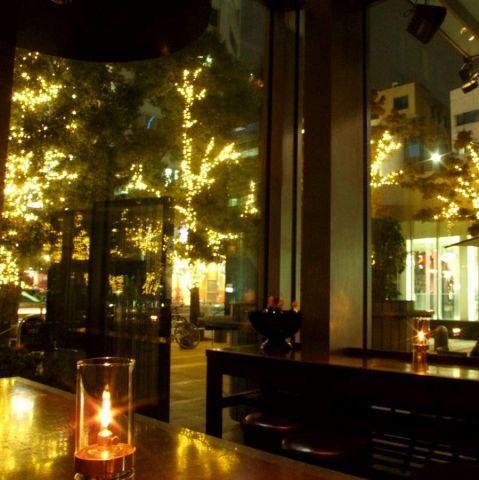 東京は冬になると街の景色が光のデコレーションで飾られて幻想的ですよね。丸の内や恵比寿といったイルミネーションの名所で、大好きな人と二人きりのクリスマスパーティなんて素敵じゃないですか。光に包まれながら…