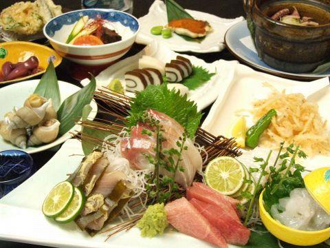 寒い冬といえば、旬のお魚が美味しい季節ですよね。今回は電気街のイメージが強い秋葉原で、新鮮なお刺身が味わえるお店を3店舗厳選しました。場所は築地から、三崎、北陸と、日本各地から集められた厳選お刺身が味…